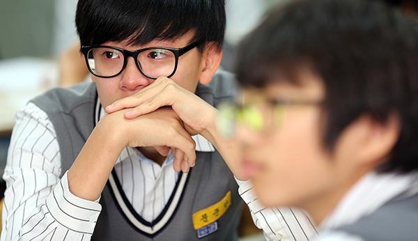 서울시교육청이 지정한 '사과의 날'에 서울 광진구 광남중학교 2학년 12반 학생들이 부모님들의 사과 영상편지를 보며 눈물을 흘리고 있다. (사진=저작권자(c) 연합뉴스, 무단 전재-재배포 금지)